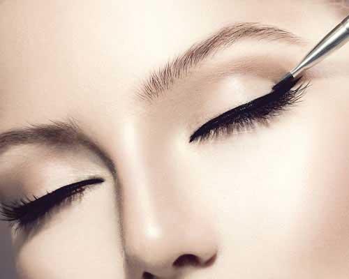 eyeliner richtig auftragen anleitung auch f r anf nger. Black Bedroom Furniture Sets. Home Design Ideas